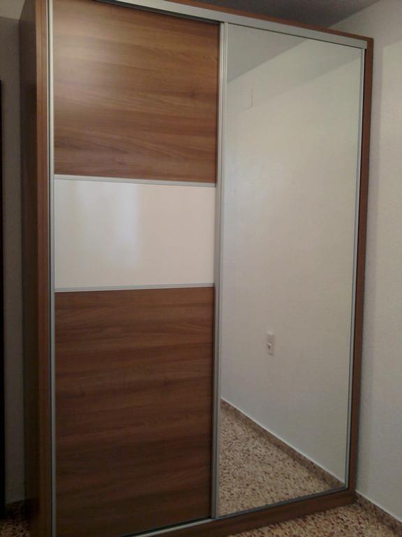 Armario de dos puertas correderas una puerta con espejo.