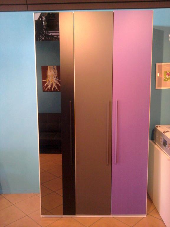 Armario de tres puertas y una con espejo .