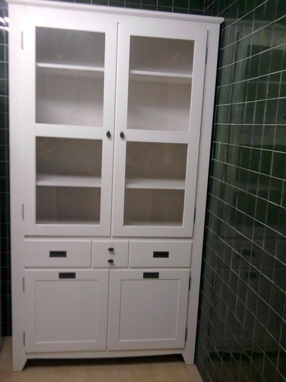 Armario de dos puertas de cristal y dos de madera con cajones , perfectos para cocinas .