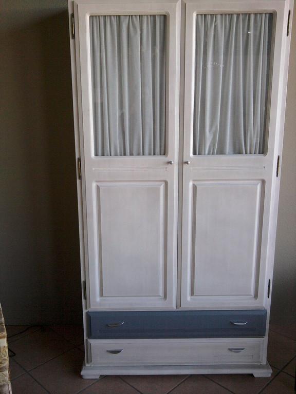Armario de madera de pino , para bebes con puertas de cristal con cortinas .