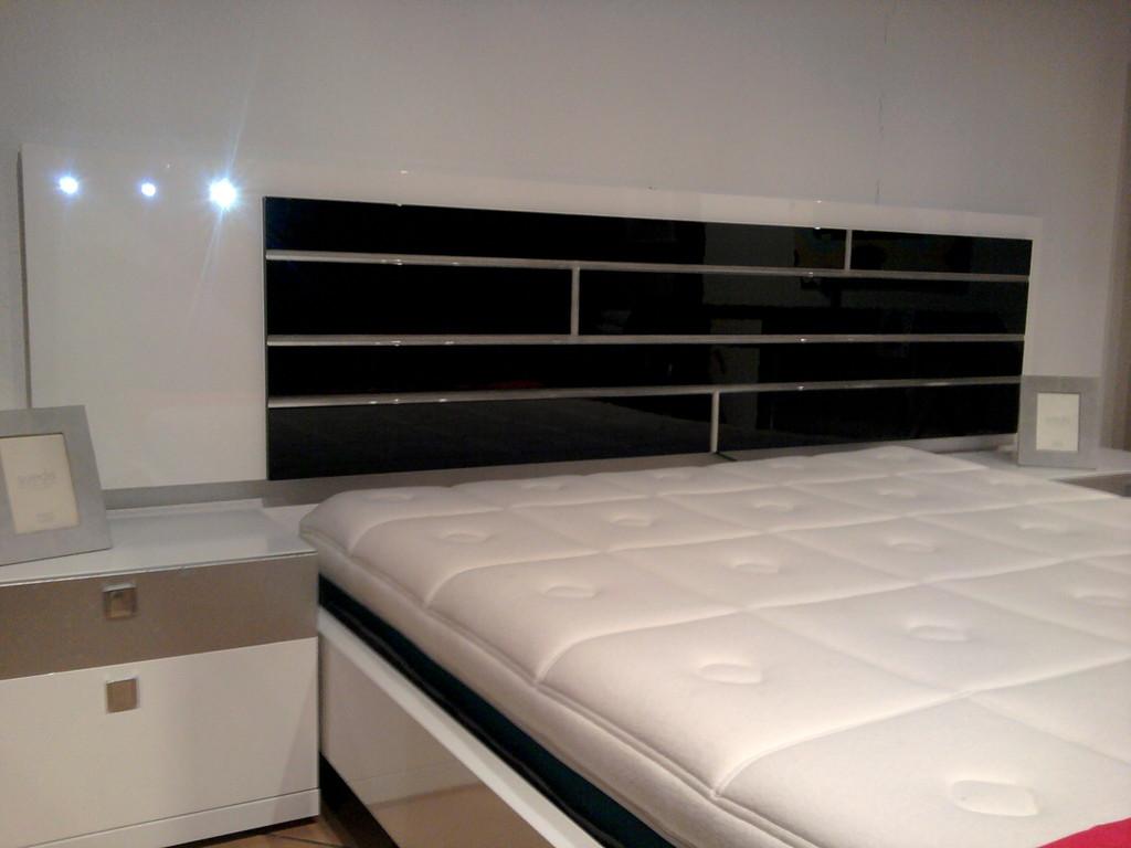 Dormitorio lacado con leds.