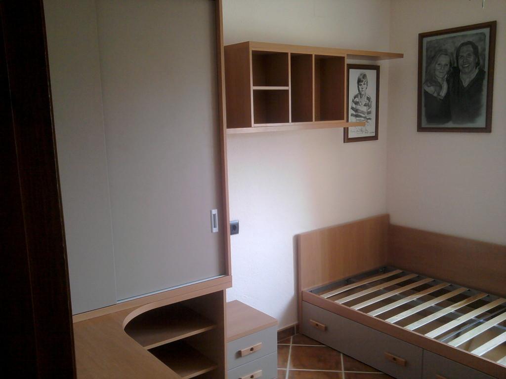 Dormitorio completo, armario mesa de estudio , cama , estanteria , todo en cerezo .