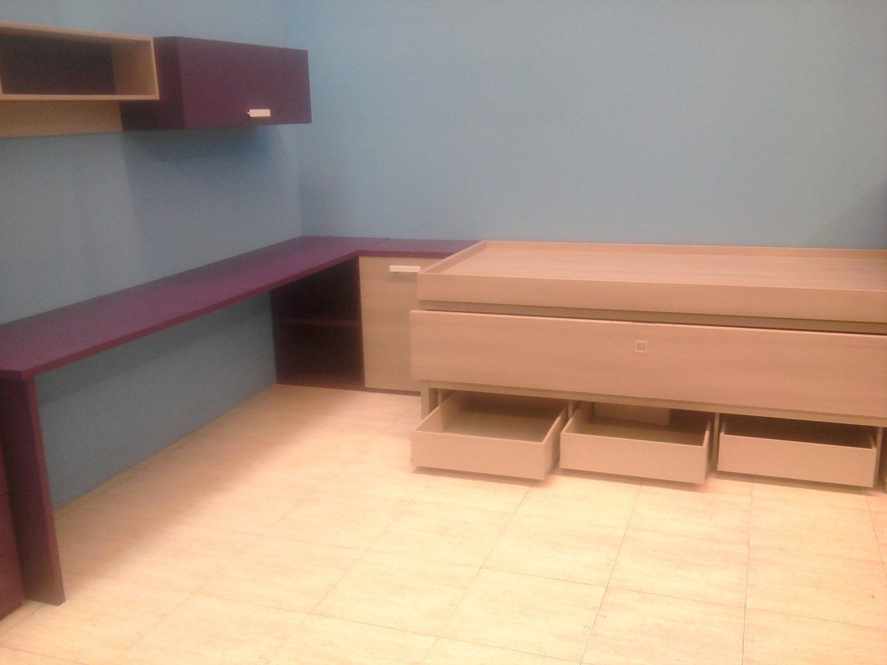 Composicion juvenil formada por camas mesa de estudio, y estanterias .