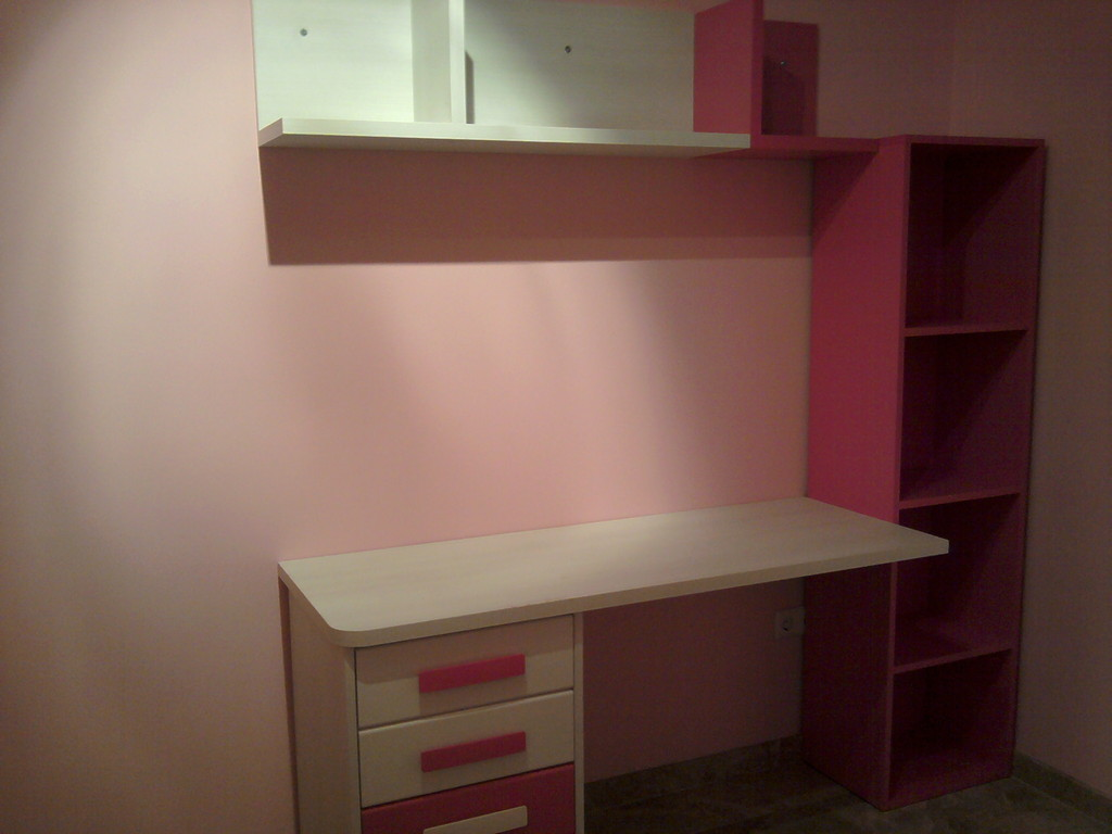 Pequeña mesa de estudio , con estante y estanteria .