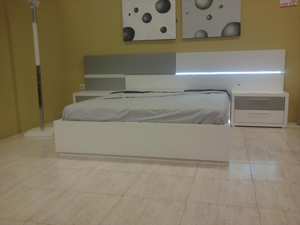Dormitorio moderno con luces .