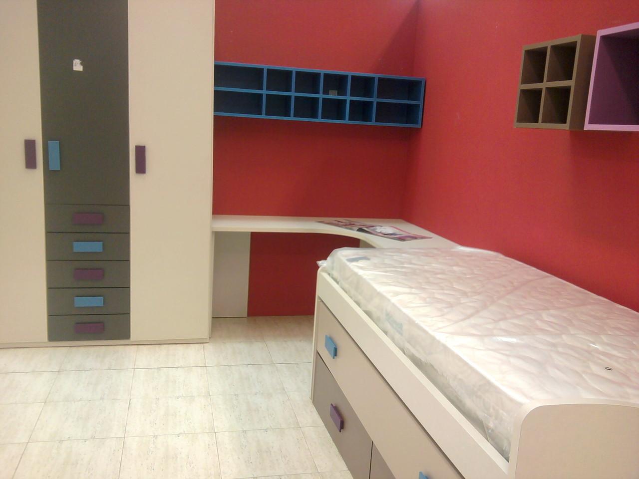 Composición juvenil formada por camas ,armario,mesa de estudio y estanterías. .