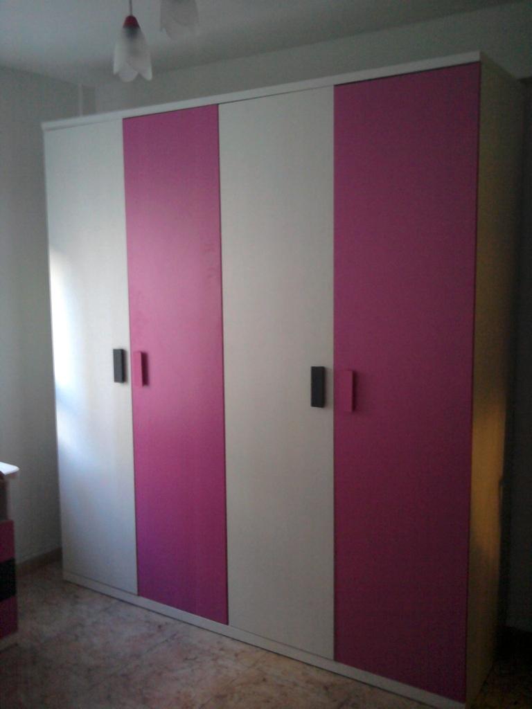 Armario de cuatro puertas , colores infantiles .