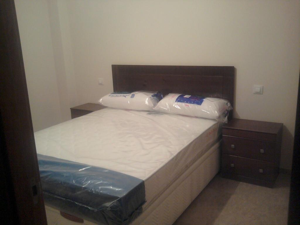 Dormitirio de matrimonio , canape, colchon ,mesitas de kit ,y cabezal de pino .