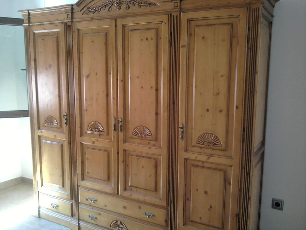 Armario de madera maziza , muy bien repartido sus espacios .