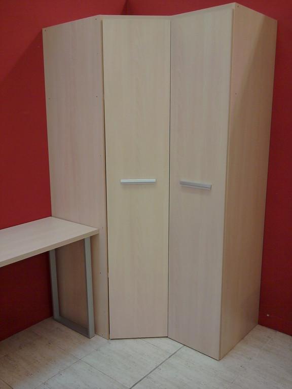 Armario de rincon , con interior muy amplio y servicial.