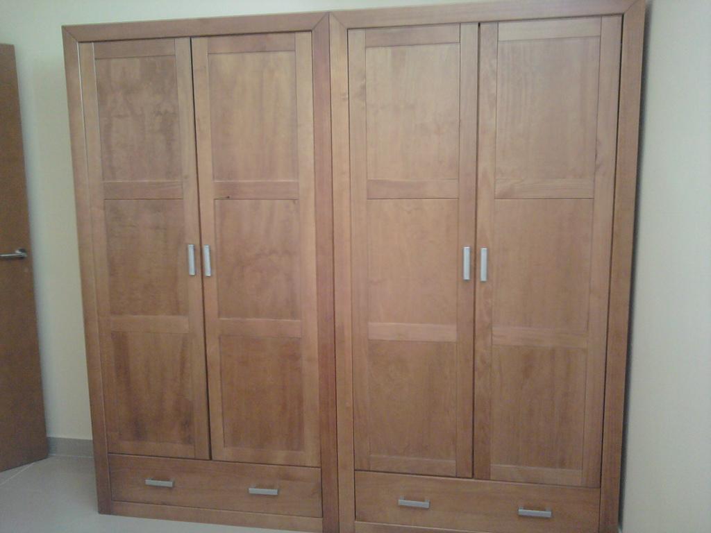 Armario de cuatro puertas en pino mazizo color cerezo .