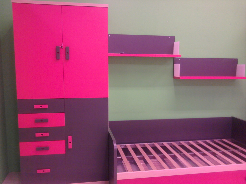 Cama y un  armario con cajones muy bien repartido , estanterias .