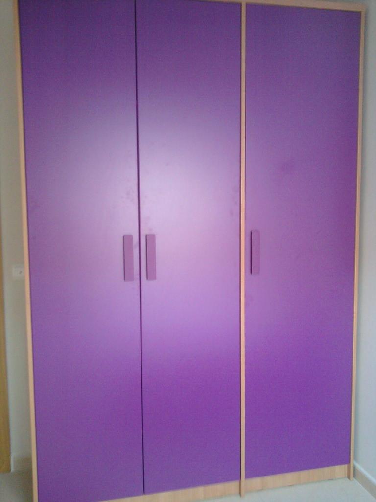Armario de tres puertas en color violeta y cerezo .