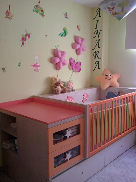 Cuna convertible en juvenil , con sus mesitas mesa de estudio , muy practico para bebes y niños .