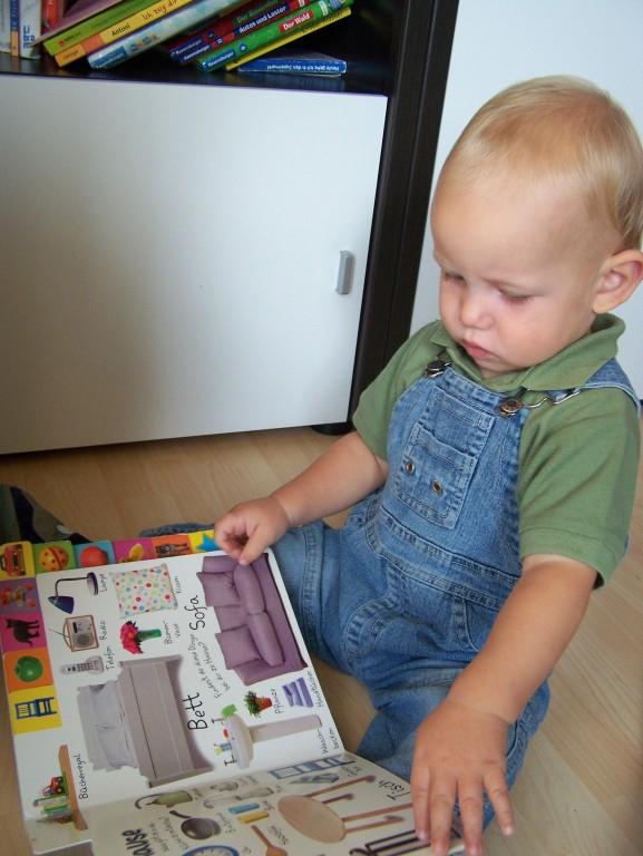 Noah schaut sich ein Buch an