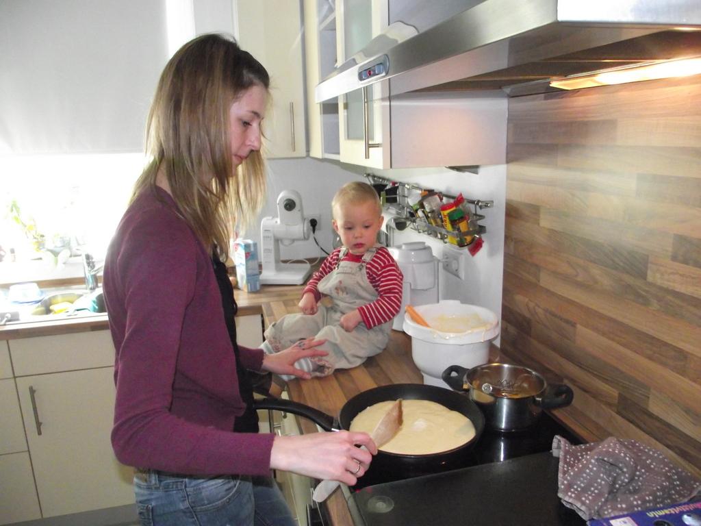 Emilia schaut beim kochen zu!