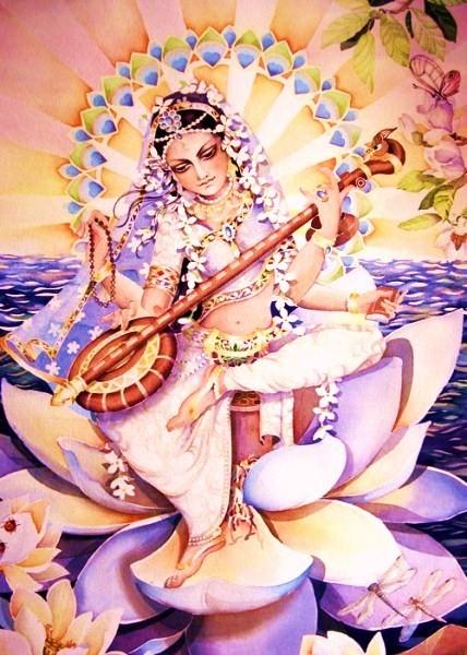 Saraswati auf einer Lotusblume sitzend in makellosem Weiß gekleidet.