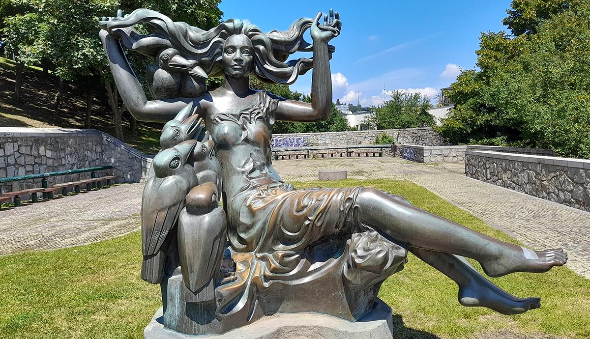 Skulptur in einem kleinen Park beim Aufstieg zur Burg