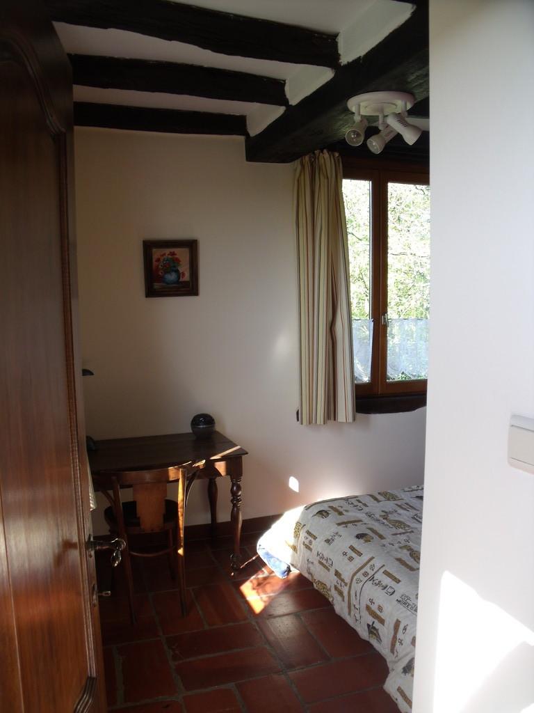 La grande chambre Une chambre avec un lit deux personnes
