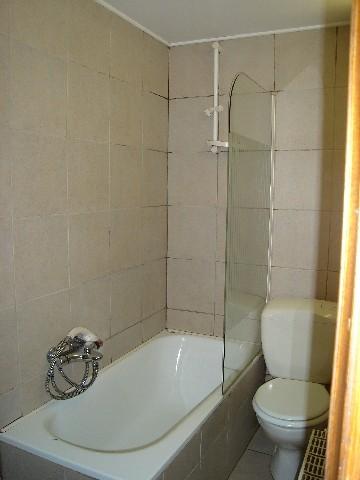 Une salle d'eau avec bain - douche, meuble lavabo , WC
