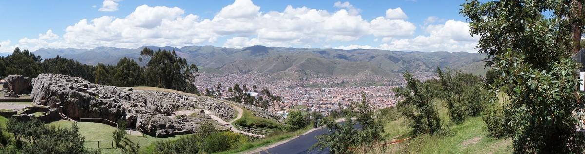 Site de Qenqo avec la ville de Cusco au fond