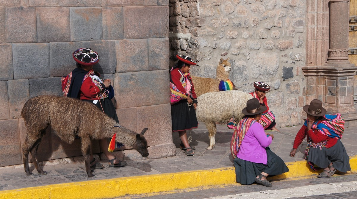 Les péruviennes attendent avec leurs lamas que les touristes les prennent en photo !