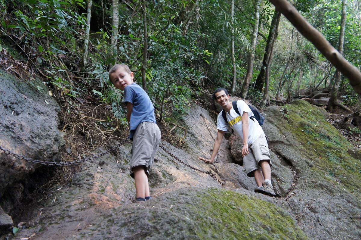 ... Et des cordes, pour nous aider grimper dans la forêt humide !