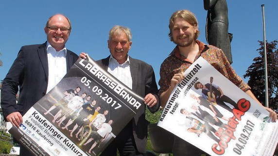 Pressetermin in Kaufering: (von links) Bernd Schloemer, Erich Püttner und Frontmann Stefan Dettl.  Foto: Elias Reuter