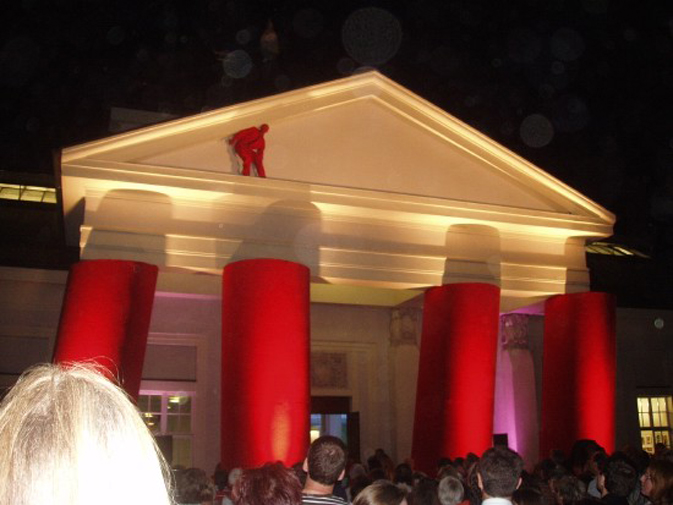 2006: In blauer Nacht ein roter Mann.