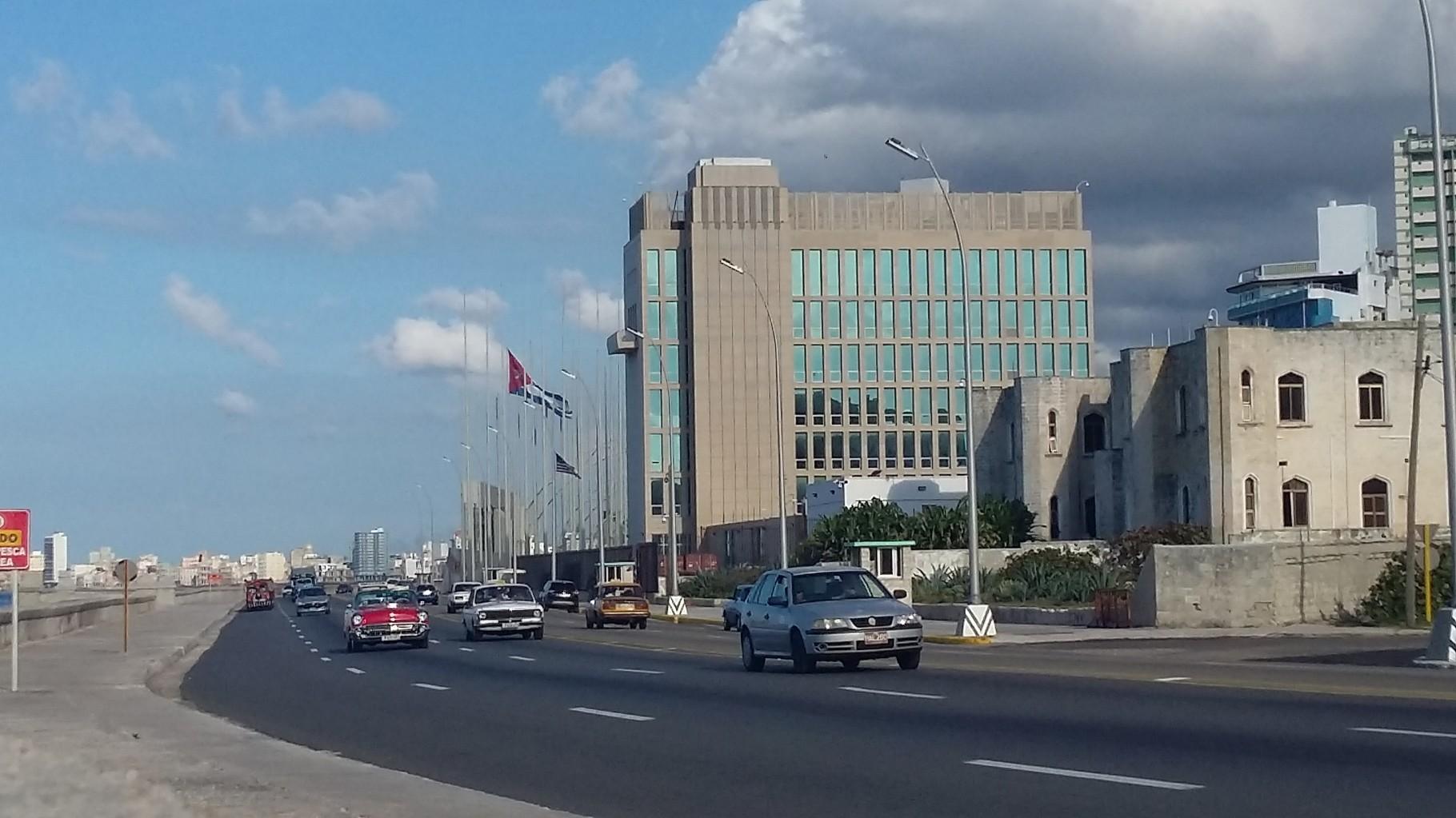 Edificio de la embajada de los Estados Unidos, ubicado en el malecón de La Habana.