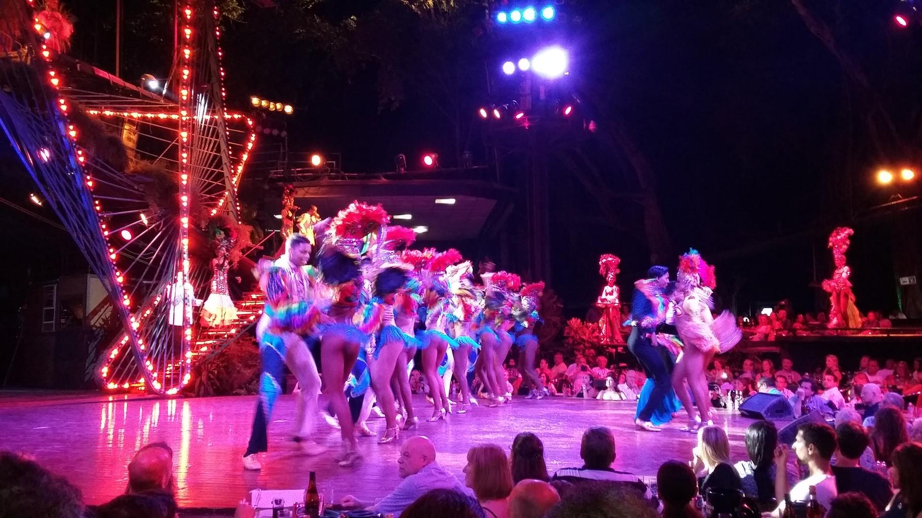 """Al cabaret Tropicana también se le llama """"Paraíso bajo las estrellas"""", el show es al aire libre."""