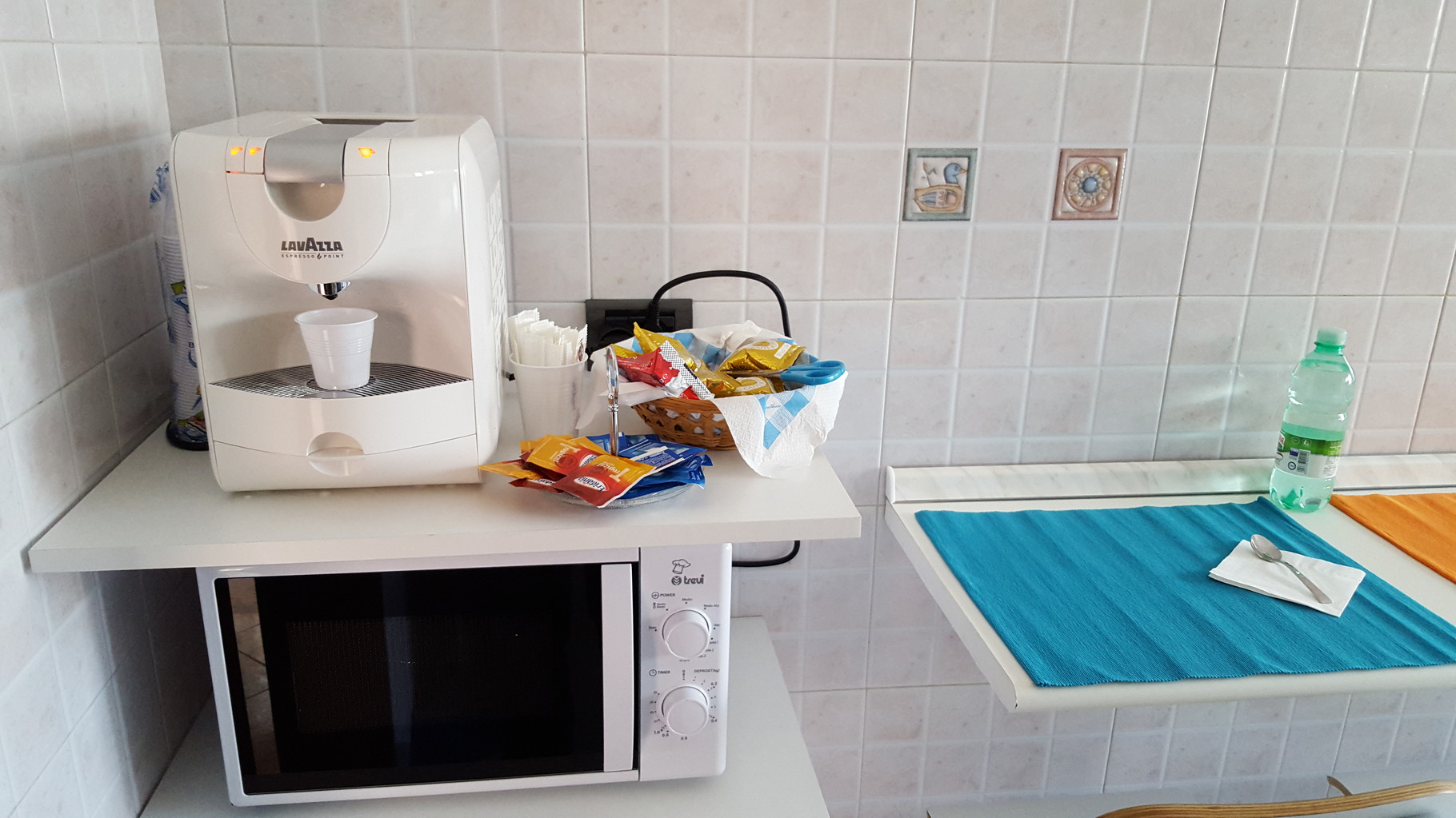 Particolare della macchina del caffè e del Forno a Microonde in Cucina