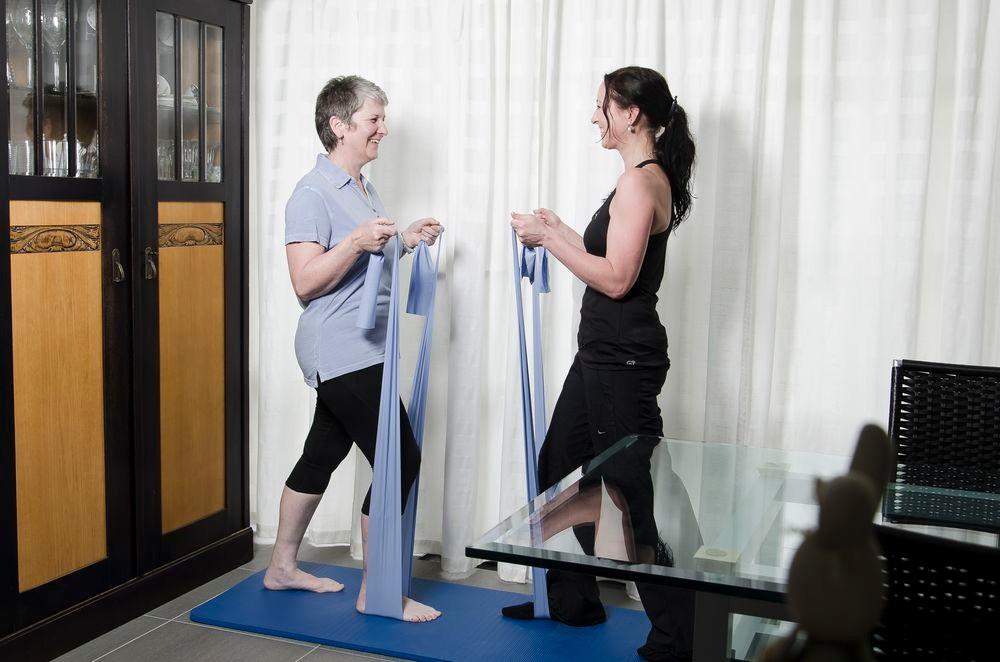 Training mit Kleingeräten wie Therabändern