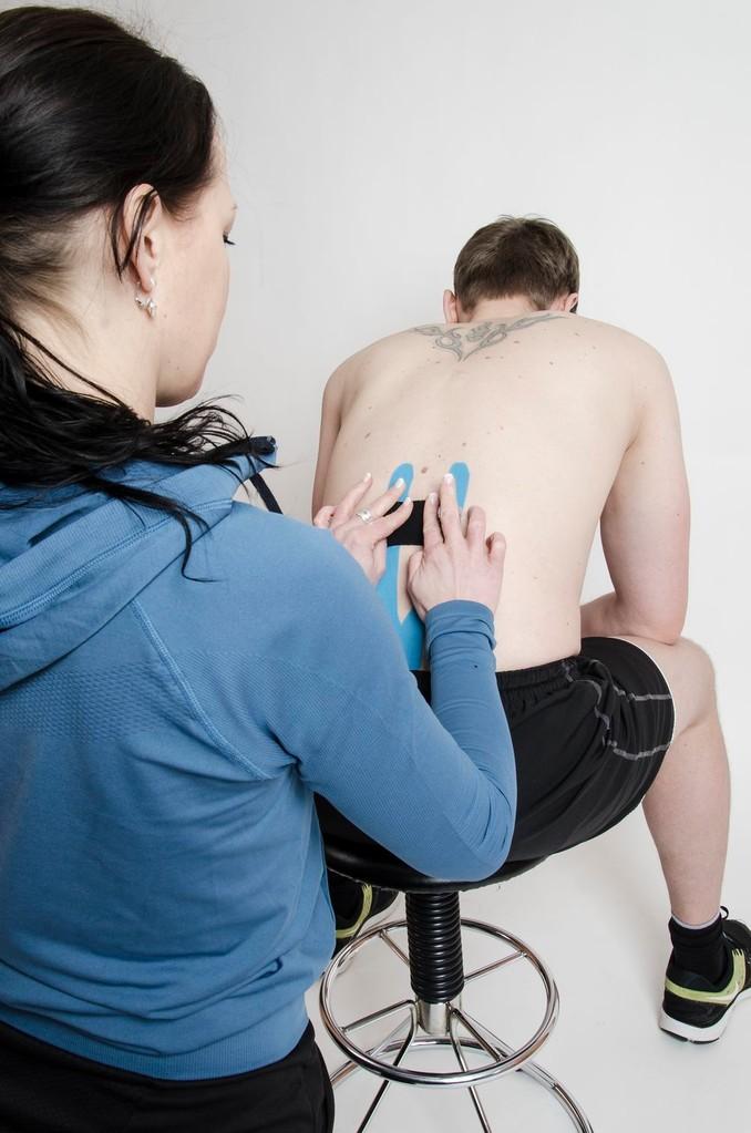 Kinesio Taping bei Schmerzen/Verspannungen im Bereich des unteren Rückens