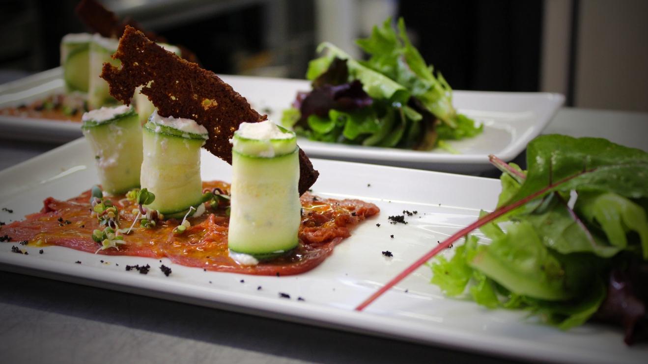 Restaurant L'Ecluse à Amboise - Carpaccio de magret de canard, roulés de courgette au chèvre frais et chips de pain d'épices