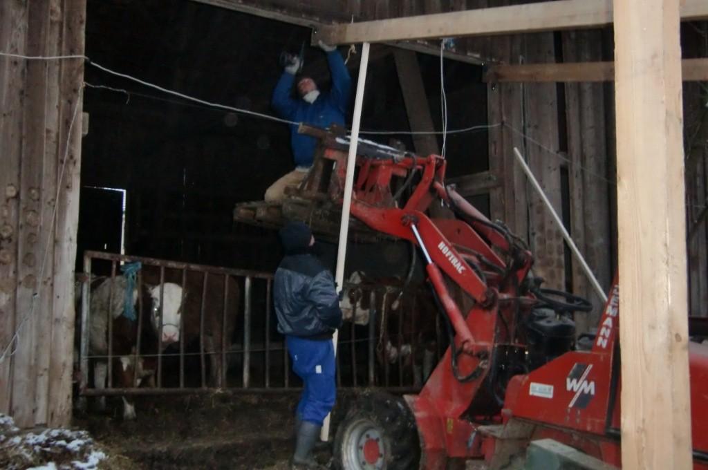 Vater Dieter stützt den 5 Meter langen Balken von unten...