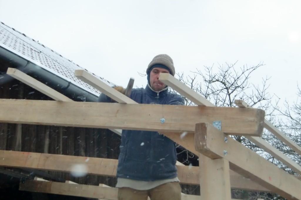 Hier werden schon die Dachlatten genagelt...