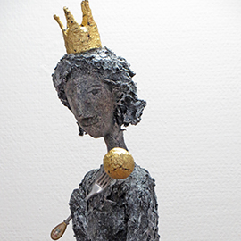 Skurrile Königin-Skulptur mit Blattgold