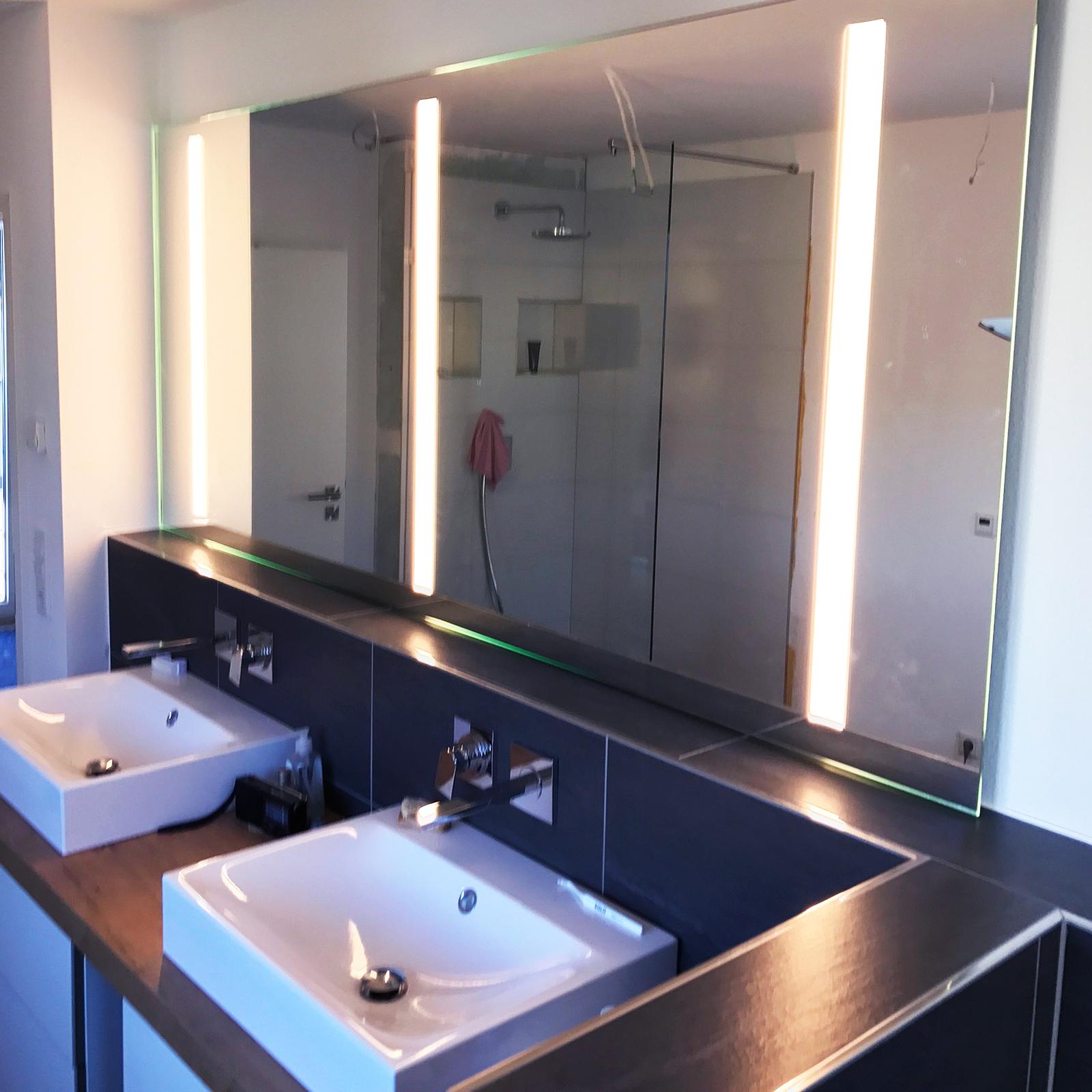 Spiegel mit rückseitiger Beleuchtung