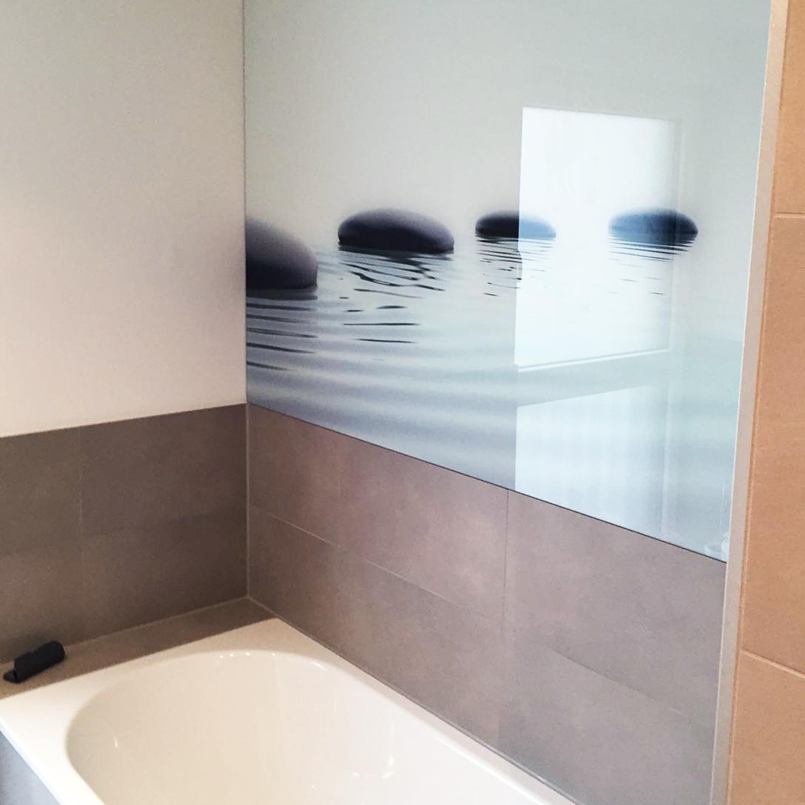 Glasrückwand im Badezimmer mit rückseitigem Siebdruck