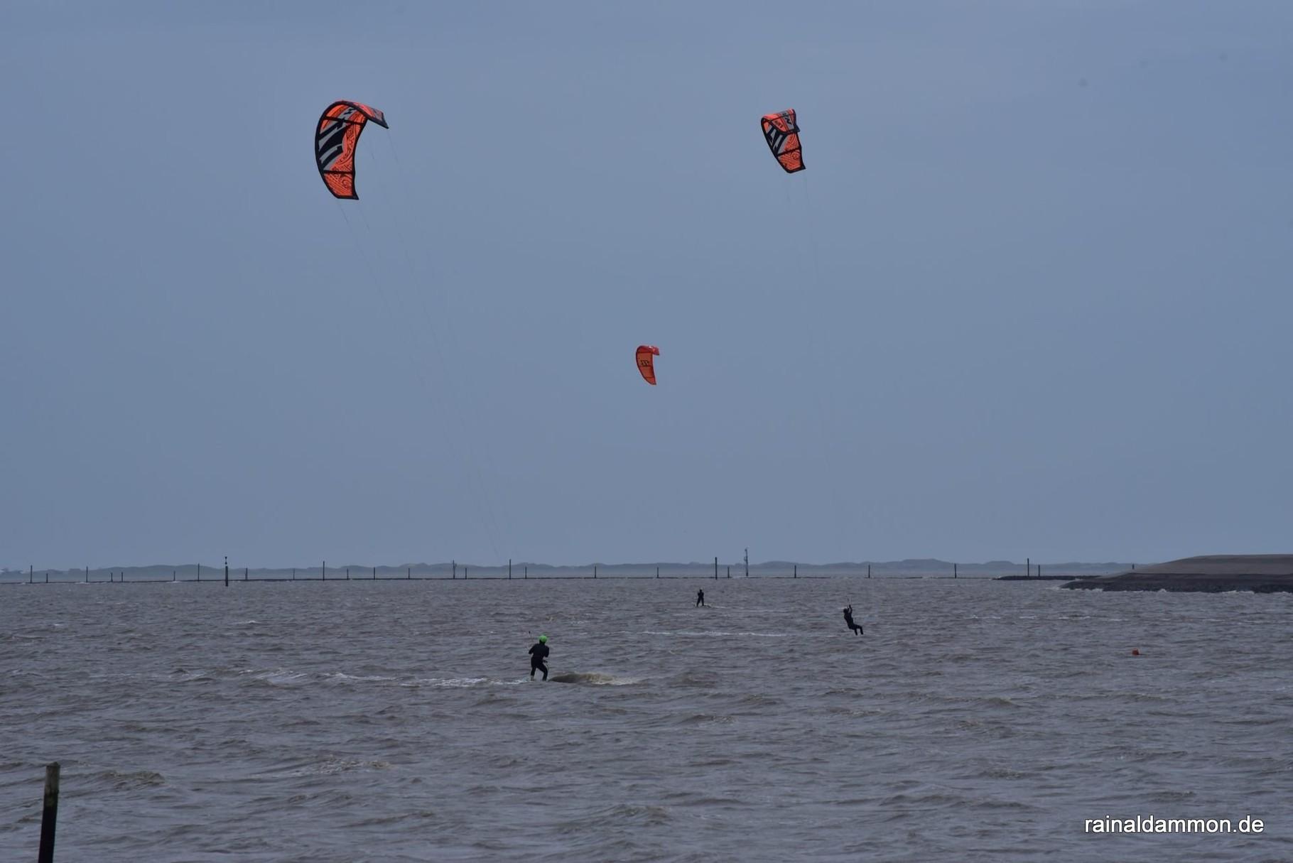 Kiter im stürmischen Wasser