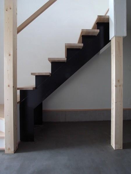 狭小地のスキップフロア 土間-階段