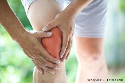 Mann hält sich das Knie - © poylock19 - Fotolia.com
