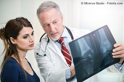 Orthopäde erklärt Patientin Röntgenbild - © Minerva Studio - Fotolia.com