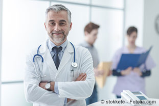 Arzt lächelt in die Kamera - © stokkete - Fotolia.com