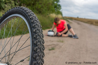 Radfahrerin hält sich nach Sturz das Knie - © andriano_cz - Fotolia.com