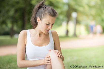 Joggerin mit Knieschmerzen im Park - © DDRockstar - Fotolia.com
