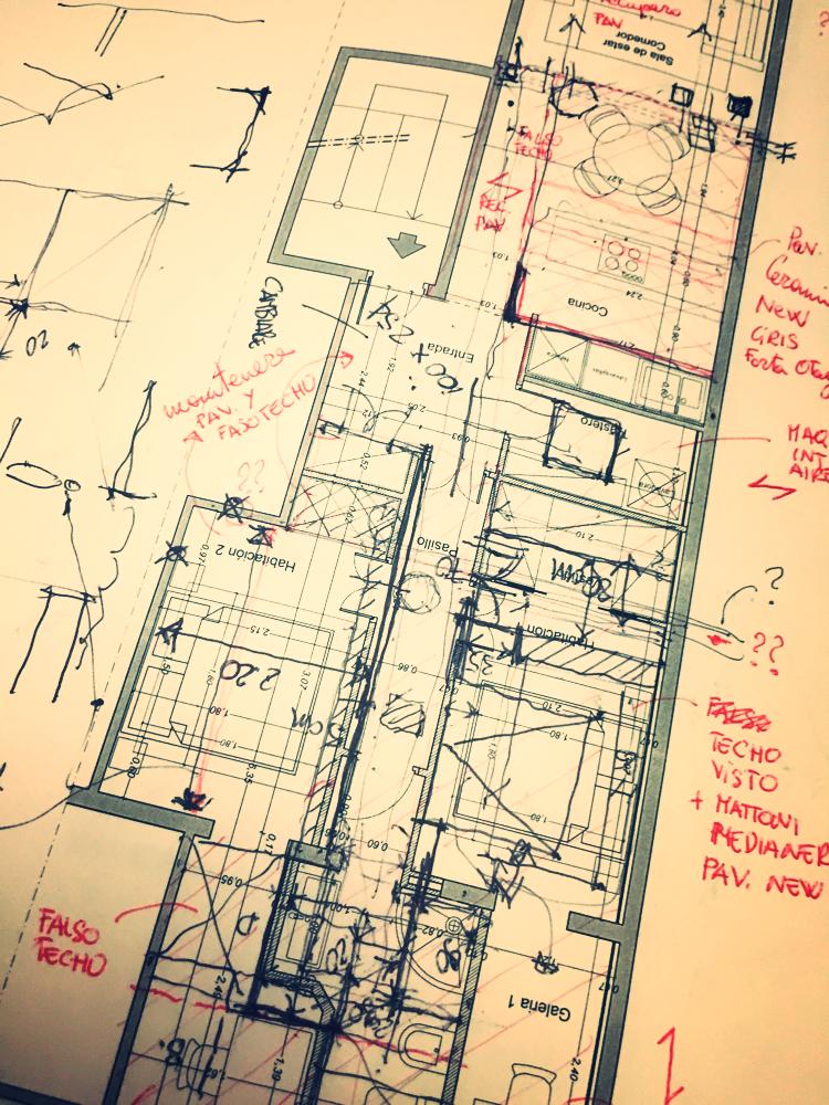Estudio de proyecto para la reforma de un piso con cambio de distribución interior. Las líneas superpuestas, las anotaciones y escritas contribuyen a la definición del espacio de la vivienda para su futura construcción en armonía con la normativa vigente.