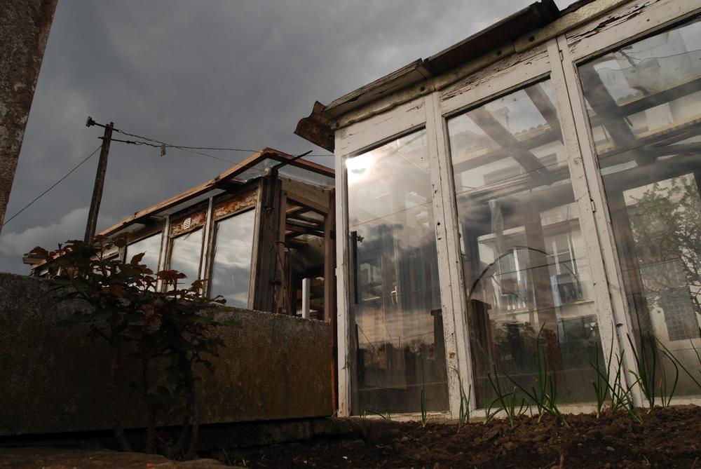 Invernaderos construidos a partir de ventanas recicladas en el pueblo de Santa Maria de Corco, Vic, Catalunya.
