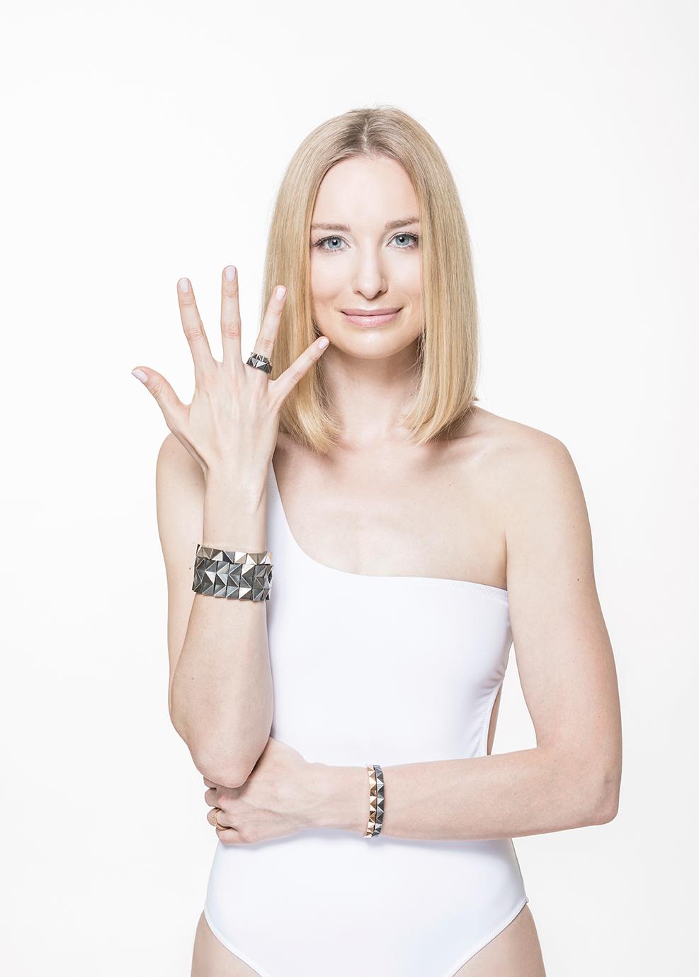 Armbänder, Armreife und Ringe aus der Facettenkollektion, Foto: Ernst Kainerstorfer